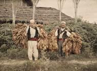 Diese beiden Tabakträger lichtete Auguste Léon im Oktober 1913 in Albanien ab. Foto: Museé Albert Kahn, Départment de Hauts-de-Seine